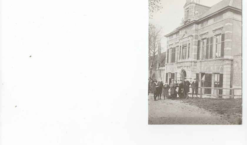 Een foto uit vervlogen tijden van leerlingen voor het gymnasium.