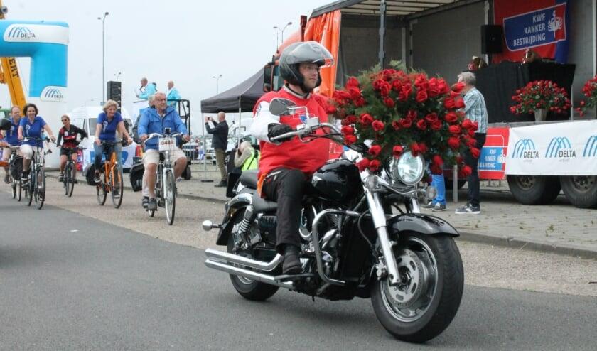 <p>Met de rozenmotor voorop op weg (FOTO LEON JANSSENS)</p>