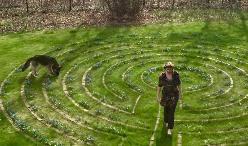 In de tuin van Hanke kunnen mensen, met en zonder haar begeleiding, zelf de bijzondere werking van het labyrint-lopen ervaren.