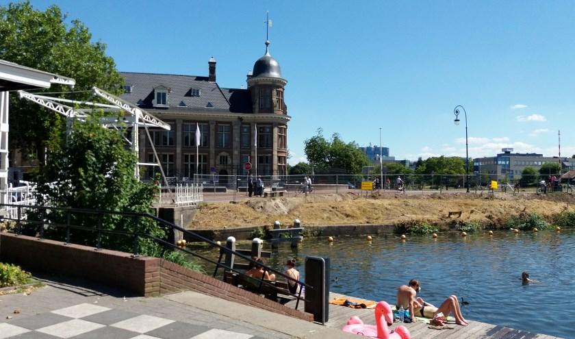 De afwezigheid van een buitenbad in West leidt ertoe dat zwemmers hun toevlucht zoeken tot het water van het Merwedekanaal bij De Munt.