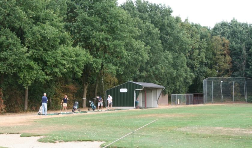 De negen holes golfbaan is aangelegd op sportpark De Zoom. Buiten de sportvelden zijn prachtige greens aangelegd.