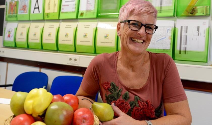Lyda van Bruchem voelt zich helemaal op haar plaats in de mobile directiewagen, natuurlijk achter het fruit vertelt ze over het kindercorso.   (Foto: Cees Hoogteyling)