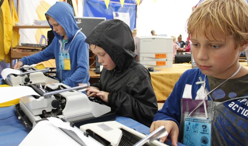 Dit jaar geen jonge tekstschrijvers aan het werk op de schrijfmachines van de redactie van het Kinderdorps Dagblad. Ze kunnen nu wel mailen!