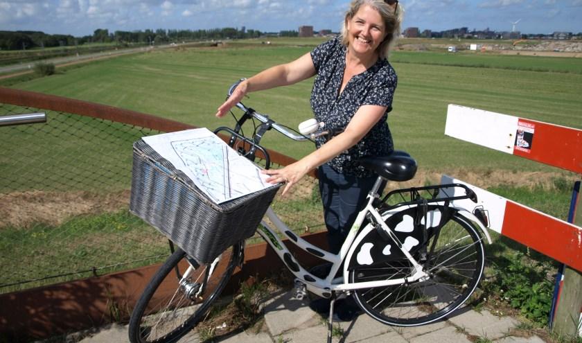 Astrid van Beek is een van de initiatiefneemsters voor een voedselbos in de N3MP. Op het nu nog doodlopende begin van het fietspad bij de B. Jan Waaijerbrug toont zij de plannen. Foto Simone Langeveld.