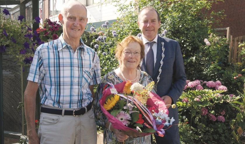 Burgemeester Rik de Lange feliciteerde Wim en Corrie Willemsen met hun 60-jarig huwelijksfeest.