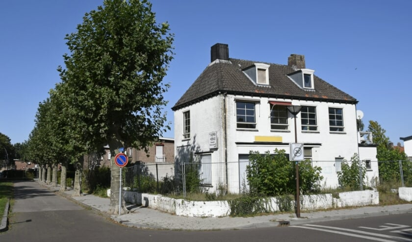<p>Stationsplein 13 is een bouwval, ook aan de achterzijde. Omwonenden willen alleen nieuwbouw die past in de omgeving.(foto: Ab Hendriks)</p>