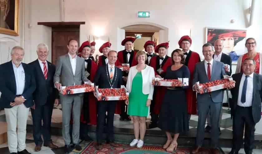 Het college van Culemborg kreeg aardbeien van de Ghesellen van Hoogstraaten van de aardbei