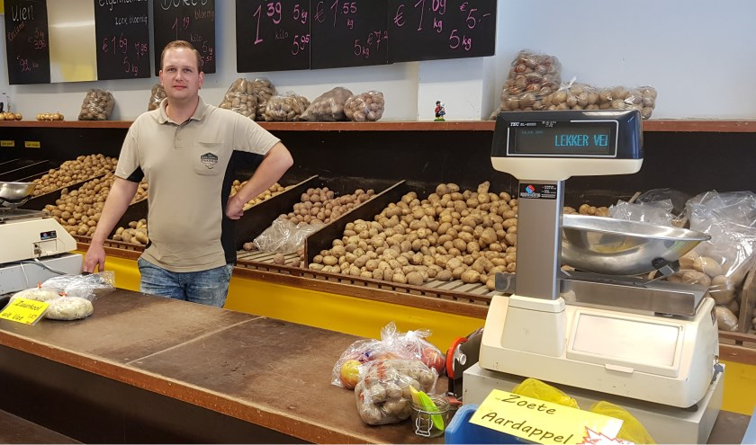 Dennisheeft de winkel in december vorig jaar overgenomen en hij is erg te spreken over de buurtwinkel, waar sociale contacten met buurtbewoners van groot belang zijn.