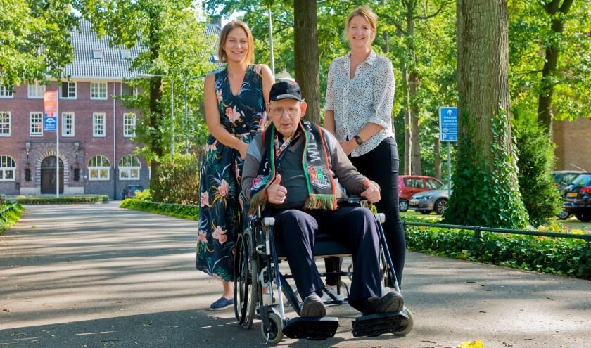 Angela en Moniek met in het midden Pierre. Een van de ouderen die zeker meedoet aan het Ommetje op Rolletjes. (Foto: Maaike van Helmond)