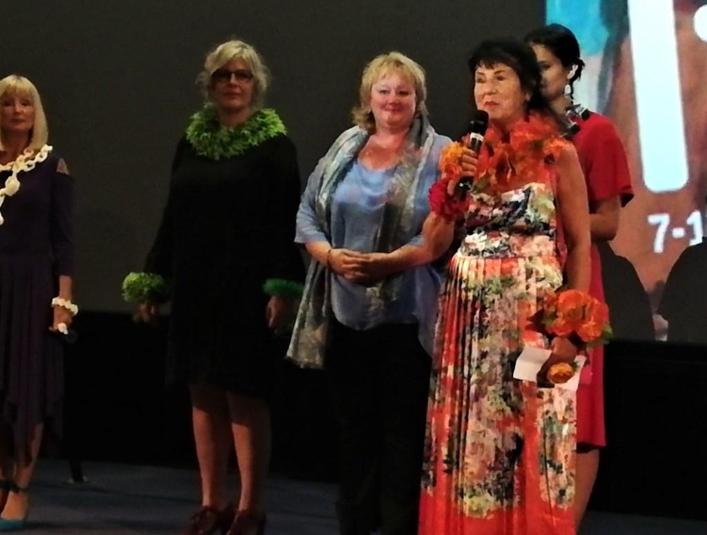 Ineke Otte (rechts) beleefde de première van haar film 'Ladybug, this is Ineke', gemaakt door Bo van Scheijen (in het blauw). Een veelzijdigheid aan kunstwerken met de nadruk op haar sieraden. Foto: Conny den Heijer Foto: Conny den Heijer © DPG Media