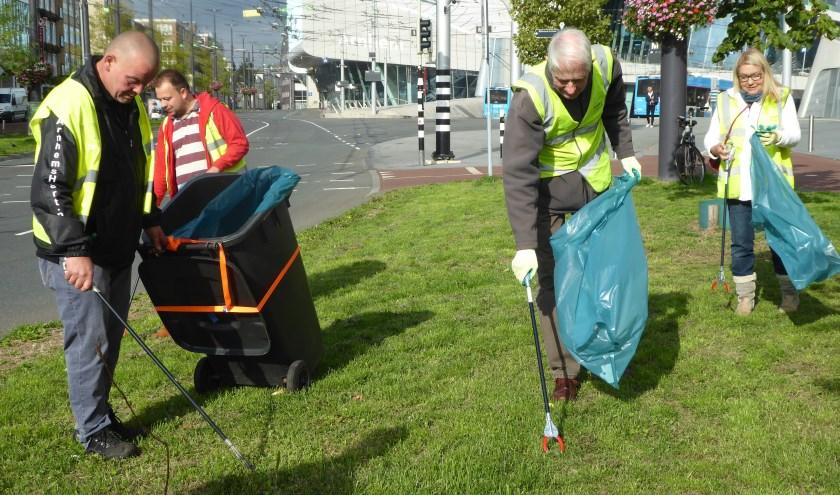 Samen het centrum weer een beetje mooier maken. Een groepje Arnhemmers deed dit op World Cleanup Day. (foto: Marnix ten Brinke)