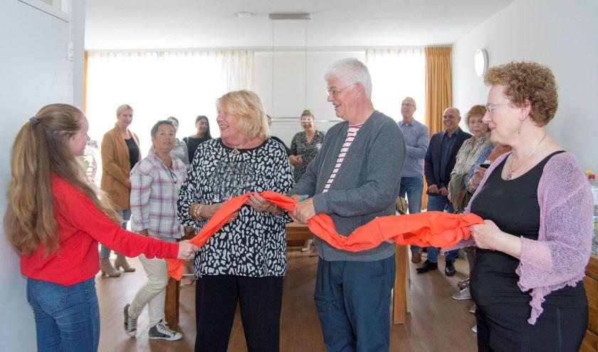 Wethouder Ans Hartnagel opent het uitwijkhuis de Posthoorn samen met een van de kinderen en de uitwijkopvoeders Paul Steinmann en Anneke Umans (foto: Henk de Jong)