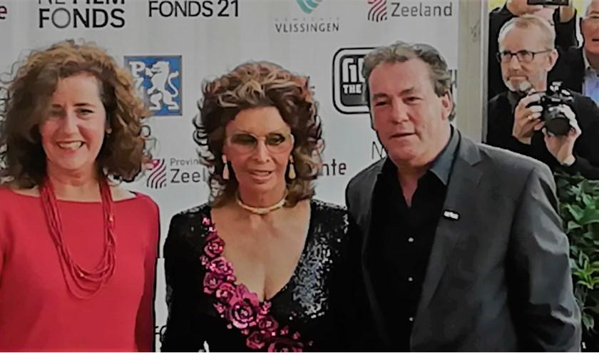 Tijdens de 20e editie van Film by the Sea maakte eregaste Sophia Loren haar opwachting op de rode loper, geflankeerd door minister van Engelshoven van O,C&W en scheidend festivaldirecteur Leo Hannewijk. Foto: Conny den Heijer