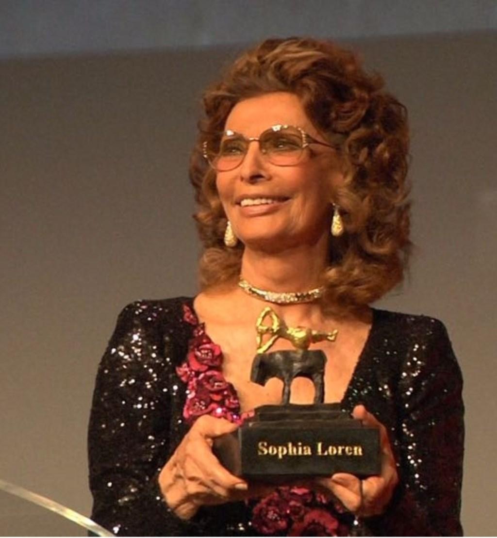 Sophia Loren nam haar Grand Actong Award in ontvangst. Foto: Conny den Heijer. Foto: Willem Woznitza © DPG Media