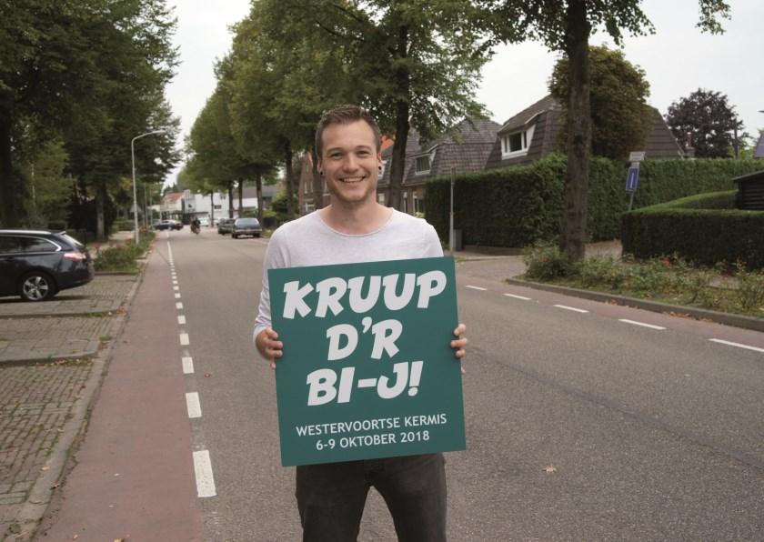 Kermispromotor Pelle Gerretzen presenteert in de Dorpstraat, dé kermisstraat van Westervoort, zijn nieuwe kermisleus: 'Kruup d'r bi-j!'