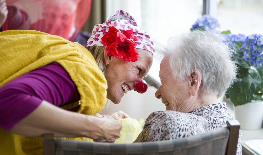 Clown Spruit brengt een glimlach op het gezicht van bewoners met dementie. Foto: Pascale Drent