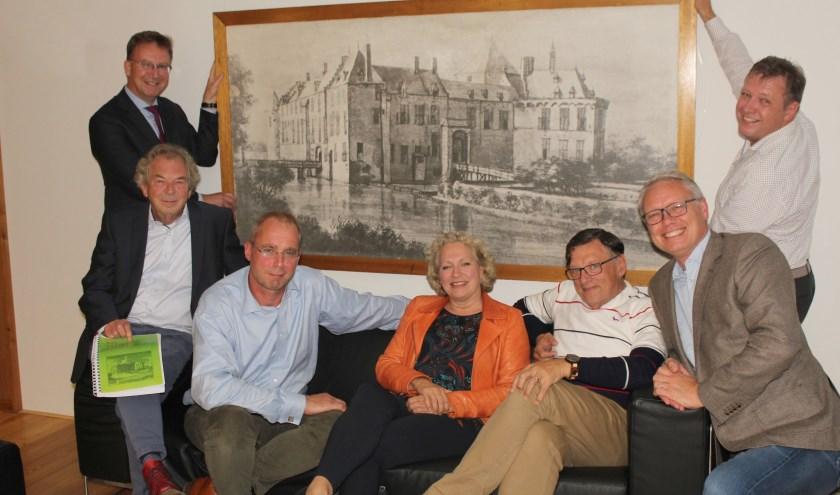 Burgemeester en wethouders (midden en rechts) met de oud- wethouders die 'heersten' over het kasteelpark. (Foto: Lysette Verwegen)