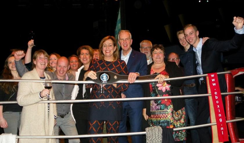 Monique en Jack Veldman (midden) vieren hun titel Onderneming van het Jaar in de ring met familie en medewerkers