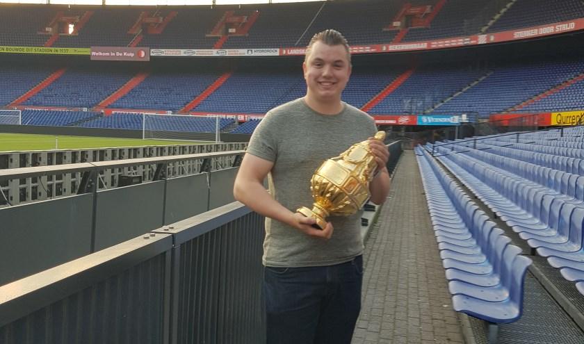 Patrick in de Kuip met de gouden KNVB Beker die Feyenoord in 2018 won.