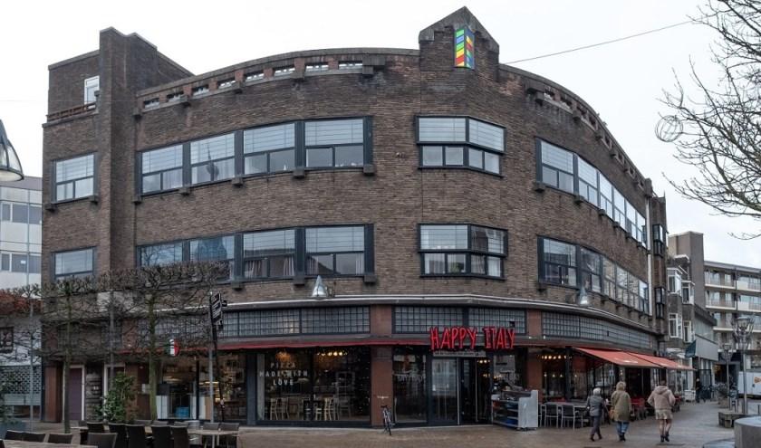 Dit pand staat bekend als het van Boxtelpand. Hierin was vroeger een winkel van elektrotechnische materialen gehuisvest, nu restaurant Happy Italy. www.heemkundekringtilburg.nl