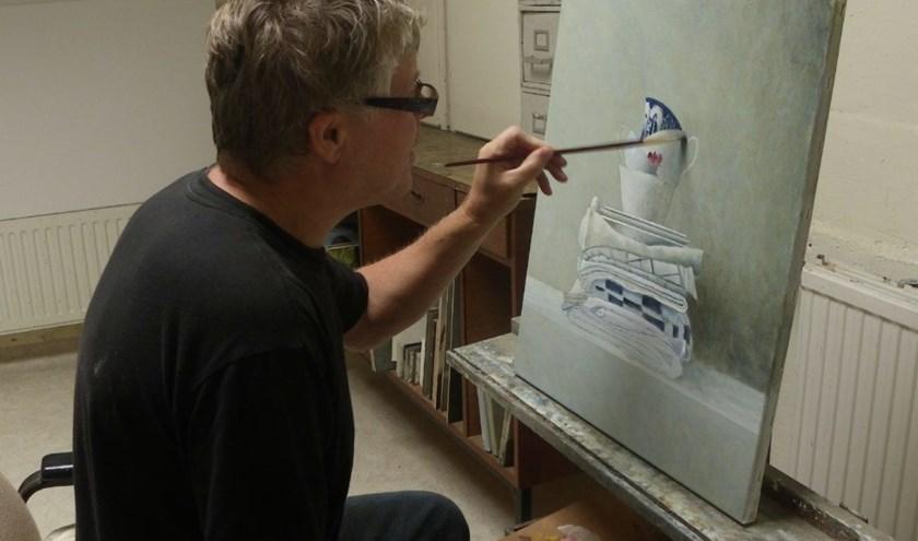 Erik Zwaga schildert aan een nieuw werk in zijn atelier.
