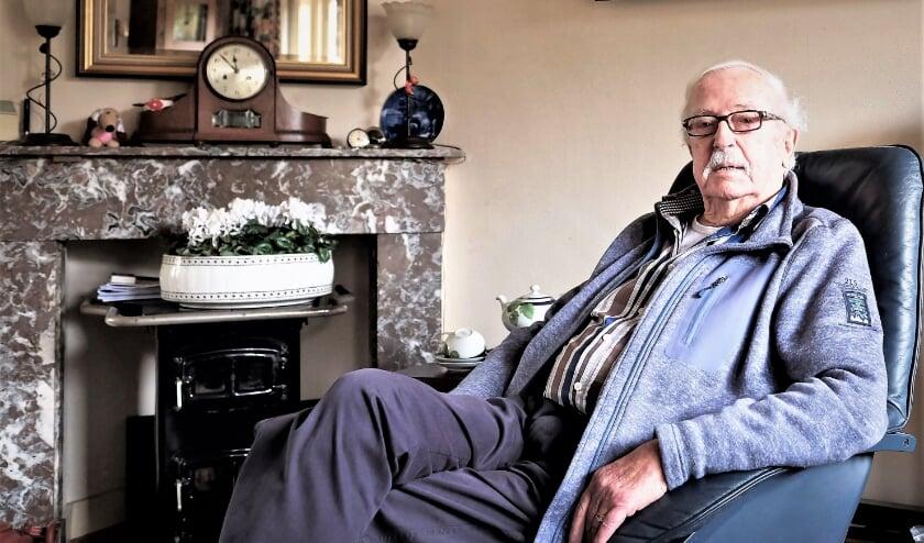 <p>Rhenenaar Teun Jordaan geeft zijn oorlogservaringen graag door aan een jongere generatie. Zo vertelt hij over het begin van de bezetting in het boek &acute;De laatste getuigen&acute;. (Archieffoto: Jan van den Brink)</p>