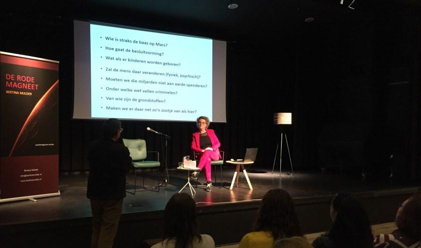 Auteur Bertina Mulder wordt in het Kulturhus EGW in Epe geïnterviewd door Ton van der Schouw.