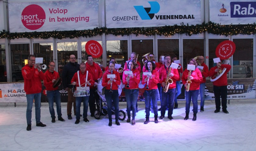 Blaaskapel Caecilia Veenendaal in de nieuwe kleding, met sponsor Wim van Beek (G.van Beek kolen en Olie BV)