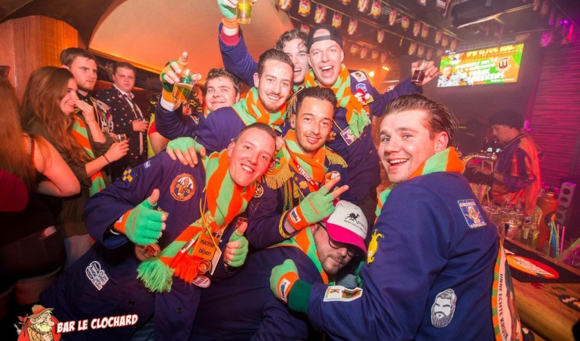 CV in de Bijlage: de vriendengroep van Koen en Tim, in hun kiel, waar tijdens de carnaval ook hun eigen emblemen op gespeld kunnen worden.