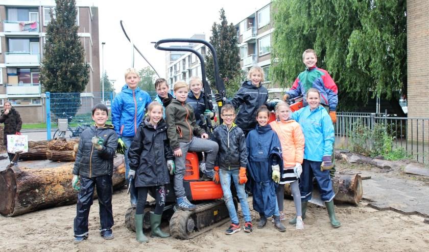 Leerlingen helpen mee om het schoolplein te vergroenen. (Foto: Annemarie van der Ploeg)
