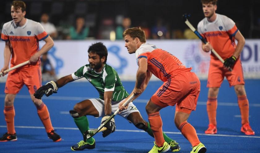 Jeroen Hertzberger in de wedstrijd tegen Pakistan tijdens het WK in december 2018 In India. Links Seve van Ass, in het groen Ajaz Ahmad van Pakistan. Oranje won de poulewedstrijd met 5-1. (Foto: Orange Pictures)