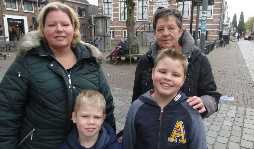 V.l.n.r. Lida Lenting, Nick en Thomas Wiegeraad en oma Ada Lenting. ''Met de auto kost vaak veel meer tijd. En je moet nog betalen ook.''