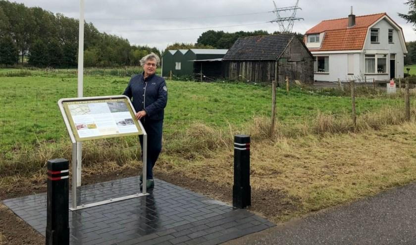 Mevrouw Bertie Barendregt-Dorst, lid Comite Herdenking Gevallenen Albrandswaard bij het bord aan de Lage Kleidijk - Rijsdijk. Foto: Ferry Fikkers