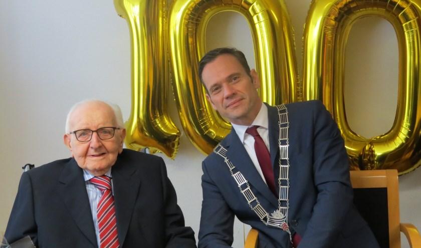 De 100 jarige Jan Geijteman samen met Sjoerd Potters.