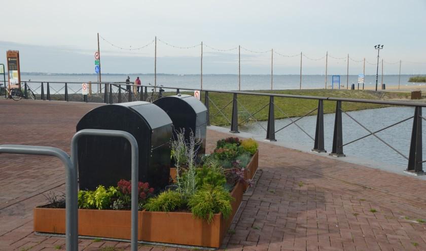 twee containertuintjes op de boulevard in Harderwijk met op de achtergrond de pier.