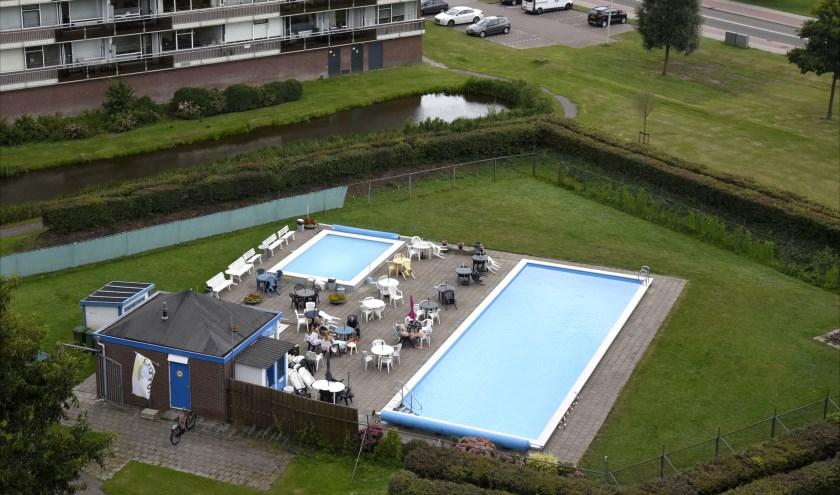 Het zwembad, verscholen tussen de Bleulandflats heeft ook een belangrijke sociale functie als ontmoetingsplek. Foto: Marianka Peters