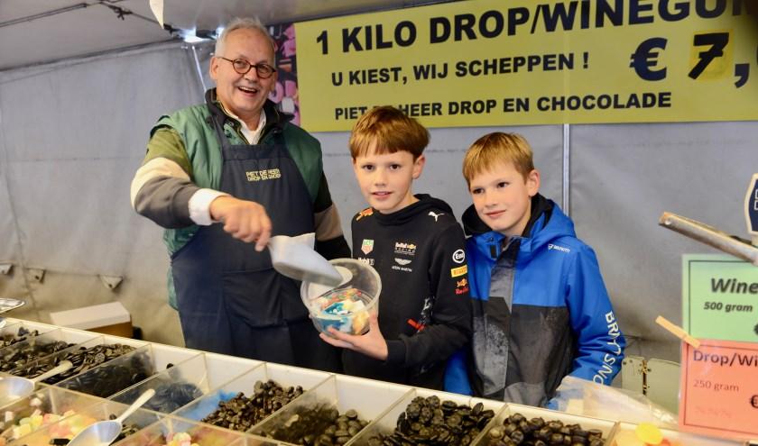 Het is vakantie dus Rohan en Lasse uit Deil mochten nu zelf naar de markt in Geldermalsen om bij Piet snoepjes te scheppen.