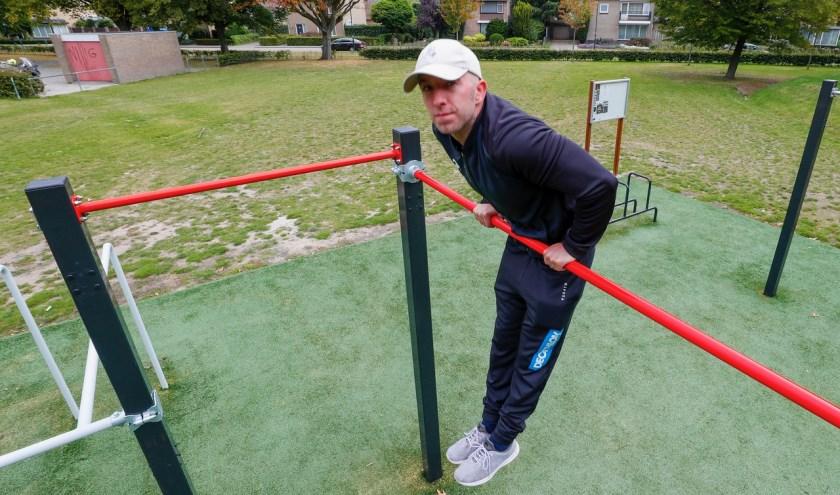 Mike Beerends in het calisthenics park. (Foto: Bert Jansen).