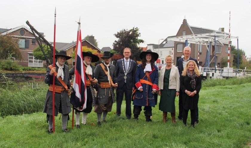 Burgemeester Van der Kamp, wethouders Inge Nieuwenhuizen en Robèrt Smits en Michiel van de Burgt alias Wouter van der Waterlinie. Foto: Lisanne van Uunen
