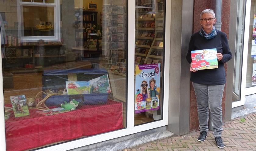 De Bijbelshop aan de Peperstraat 1A in Oudewater wordt geheel gerund door vrijwilligers, Winnie is er één van. (Foto: Margreet Nagtegaal)