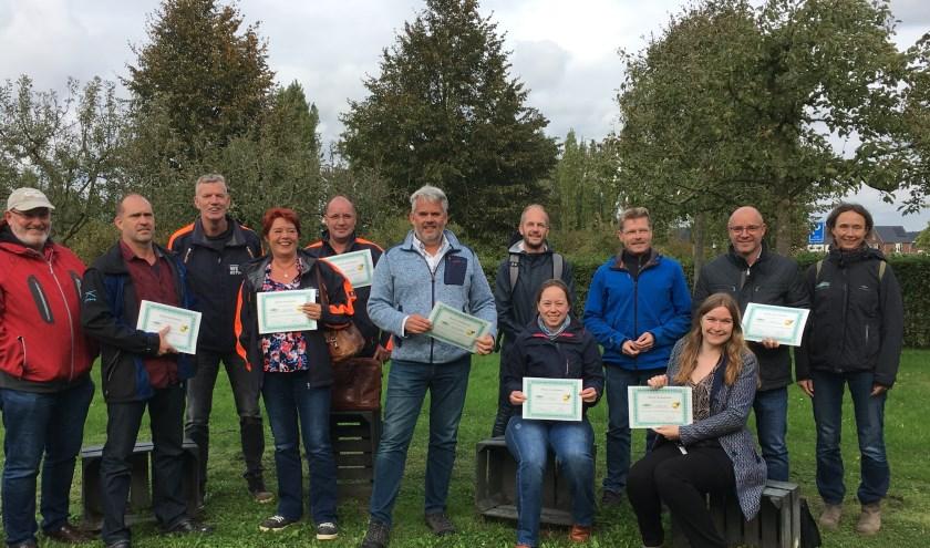 De deelnemers met hun oorkonde, rechts Nomi Havelaar van Stichting Landschapsbeheer Gelderland