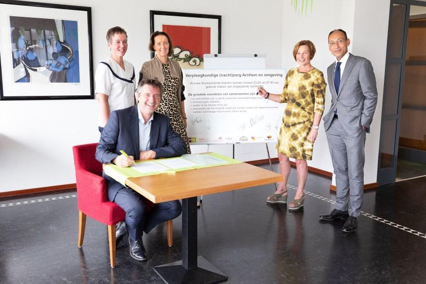 Onlangs bekrachtigden bestuurders van de acht zorgorganisaties hun samenwerking met een handtekening.