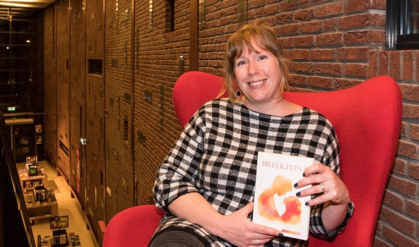 Ilona Posthumus is wekelijks te vinden in bibliotheek Heyhoef, waar de leden van het Schrijfatelier samenkomen. (foto: Theo van Etten)