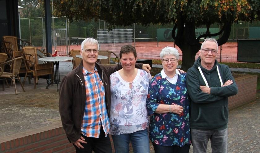 Vlnr: Jack Gudden, Liesbeth van Os, Ank en Jan Dijkhuizen op het tennispark van De Korrel. (Foto: Ad Adriaans).