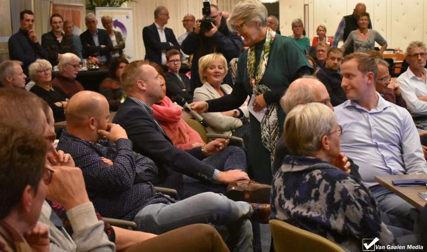 Burgemeester Doret Tigchelaar vraagt aan nieuwe Wierdenaren waarom zij hier zijn komen wonen. (Foto: Van Gaalen Media)