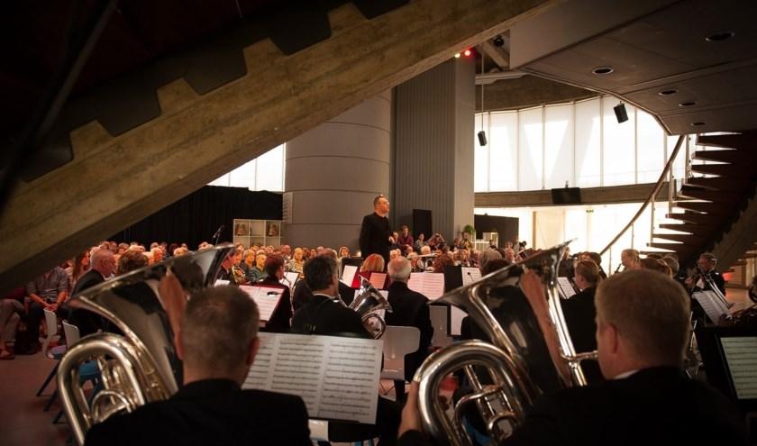 De Philips Harmonie zoekt deze keer de samenwerking met een bevriend orkest in Eindhoven, zodat de luisteraars kunnen horen wat Eindhoven rijk is aan harmonie-muziek.