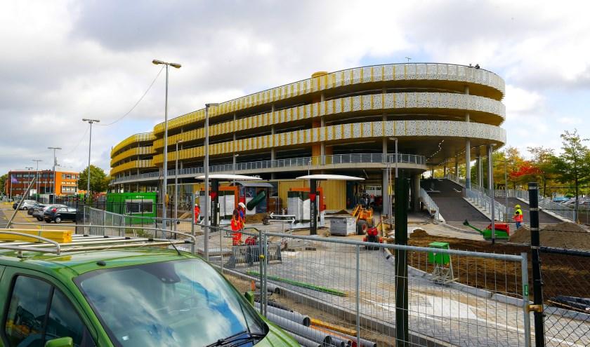 De nieuwe parkeergarage bij Eindhoven Airport. Medewerkers zijn bezig met de laatste zaken in orde te brengen. FOTO: Bert Jansen.