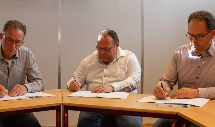 Wilfred Bleijenberg (Bleijenberg B.V.), Aart Frens (Installatiebedrijf Spelt B.V.) en Arie Bakker (schoolbestuur) zetten hun handtekening. (Foto: Evert Jan Kip)