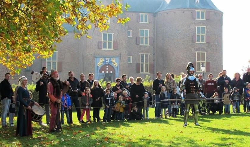 Ridders met hun jonkvrouwen laten de riddertijd herleven en er is van alles te doen.  Pas een harnas, bekijk de wapens in de ridderzaal, luister naar de verhalen en ga met de ridders op de foto.
