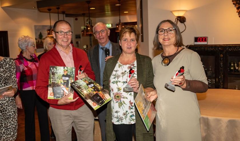 Drie van de vier oprichters van BC De Brug (vlnr): Carel Copier, Brenda Klijnhout en Gerda Bolscher. Op de achtergrond voorzitter Koos van der Meulen. De vierde oprichter, Nico Bolscher, ontbreekt op de foto.